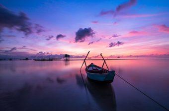 łódka na jeziorze podczas zachodu słońca